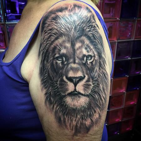 Tattoos - Realistic lion head in black and grey - Leon realista en negro y gris - 117463