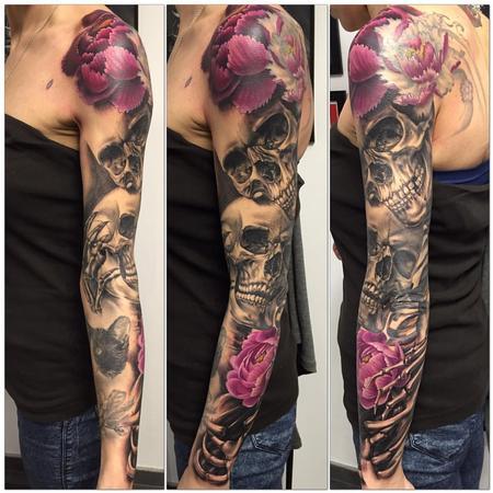 Tattoos - Calavera realista en negro y gris con flores a color - 117475