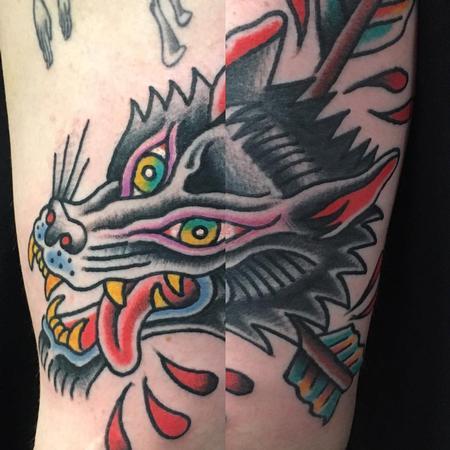 Cabeza de Lobo con Flechas Estilo Tradicional Design Thumbnail