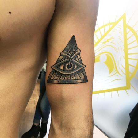 Tattoos - Ojo Dentro de Tri�ngulo con un Brote Negro y Gris - 125758