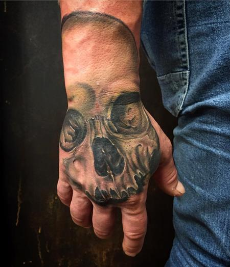 Tattoos - Realistic Skull on the Hand in Color - 127537