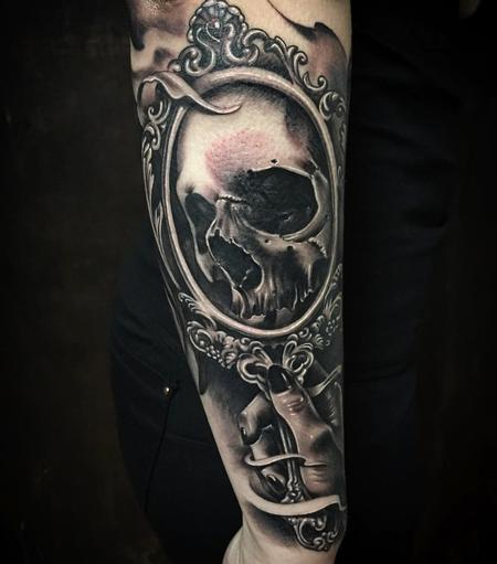 Tattoos - Realistic Mirror with Skull in Black and Gray - 127656
