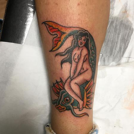 Tattoos - Chica sobre Carpa Estilo Tradicional a Color - 131818